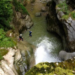 canyoning canyon rafting canoe proche pays de gex geneve lausanne nyon jura st claude bugey chaley lyon grosdar coiserette tessin guide famille enfants ados amis evg evjf anniversaire 44