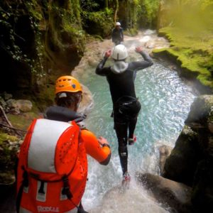 canyoning canyon rafting canoe proche pays de gex geneve lausanne nyon jura st claude bugey chaley lyon grosdar coiserette tessin guide famille enfants ados amis evg evjf anniversaire 67